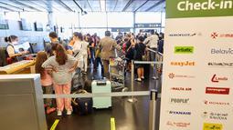 Para penumpang melakukan check-in di Bandara Internasional Wina di Wina, Austria, pada 15 Juli 2020. Bandara Internasional Wina mencatatkan penyusutan volume penumpang sebesar 95,4 persen menjadi 138.124 orang pada Juni 2020 dibandingkan tahun sebelumnya. (Xinhua/Georges Schneider)