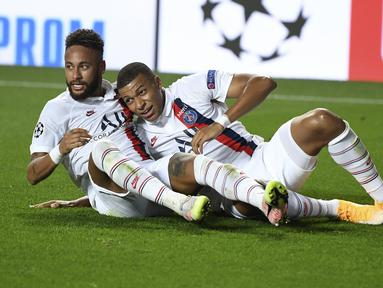 Pemain Paris Saint-Germain Neymar (kiri) bersama Kylian Mbappe merayakan gol rekan mereka Eric Maxim Choupo-Moting ke gawang Atalanta pada pertandingan perempat final Liga Champions di Luz Stadium, Lisbon, Portugal, Rabu (12/8/2020).Paris Saint-Germain menang 2-1. (David Ramos/Pool Photo via AP)