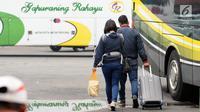 Calon pemudik menuju bis antar kota antar provinsi di Terminal Kampung Rambutan, Jakarta,  Sabtu (24/6). Hingga H-1 Lebaran 2017, pemudik terus berdatangan di Terminal Kampung Rambutan.  (Liputan6.com/Helmi Fithriansyah)
