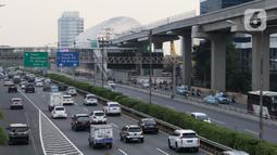 Suasana kepadatan arus lalu lintas di sekitar pintu masuk Tol Dalam Kota Jalan Gatot Subroto, Jakarta, Jumat (29/5/2020). Meski masa PSBB di Jakarta baru akan diumumkan 4 Juni mendatang, namun jalanan Ibu Kota mulai dipadati kendaraan. (Liputan6.com/Helmi Fithriansyah)