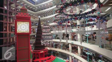 Jam dinding dan pohon natal raksasa terlihat di Mal Ciputra, Jakarta, Rabu (23/12). Jelang perayaan natal sejumlah mal di Jakarta mendekor mal bernuansa natal agar menjadi daya tarik. (Liputan6.com/Angga Yuniar)