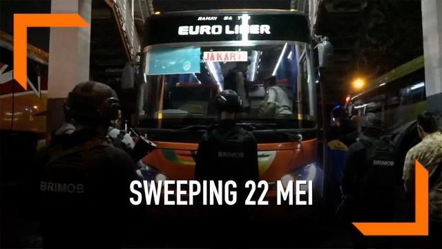 Puluhan personel gabungan menggelar sweeping di Terminal Purabaya. Mereka memburu penumpang bus yang akan berangkat ke Jakarta untuk menggelar aksi menolak hasil pemilu 22 Mei 2019.