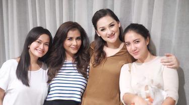 Tia Ivanka bersama Mona Ratuliu, Ersa Mayori dan Meisya Siregar