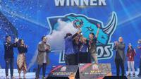Blue Rhinos angkat trofi juara Esports Star Indonesia. (Istimewa)