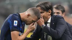 Simone Inzaghi. Awal musim 2021/2022 ini merupakan tantangan bagi pelatih berusia 45 tahun ini menangani Inter Milan setelah sebelumnya sukses bersama Lazio. Ia mampu meracik tim tetap tajam usai ditinggal Romelu Lukaku. Dengan 17 poin dan belum kalah, Inter ada di posisi ke-3. (AP/Luca Bruno)