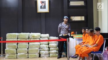 Polisi menunjukkan barang bukti sabu seberat 1,6 ton di Dit Tipid Narkoba Bareskrim, Cawang, Jakarta Timur, Selasa (27/2). Sabu diangkut kapal MV Min Lian Yu Yun 61870 dari pelabuhan Lian Ziang, Tiongkok, 31 Januari 2018. (Liputan6.com/Immanuel Antonius)