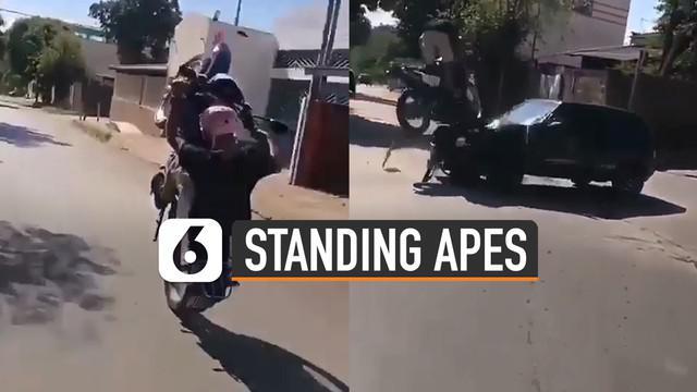 Nasib apes dialami oleh pemotor ini karena lakukan standing motor dan menabrak mobil.
