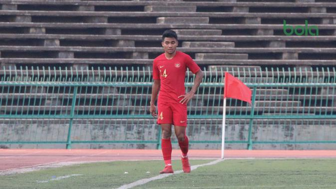 Bek Timnas Indonesia U-22, Asnawi Mangkualam Bahar, mendapatkan pujian dari pelatih Indra Sjafri. (Bola.com/Zulfirdaus Harahap)