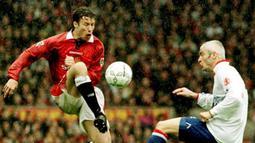 1. Ronny Johnsen. Memperkuat Manchester United dalam rentang 1996-2002 dengan mencatat 150 kali penampilan di semua kompetisi dan mencetak 9 gol. Menjadi bagian tim saat mraih treble pada musim 1998/1999. Ia pensiun pada 3 November 2008 saat memperkuat Valerenga. (AFP/Peter Wilcock/PA)