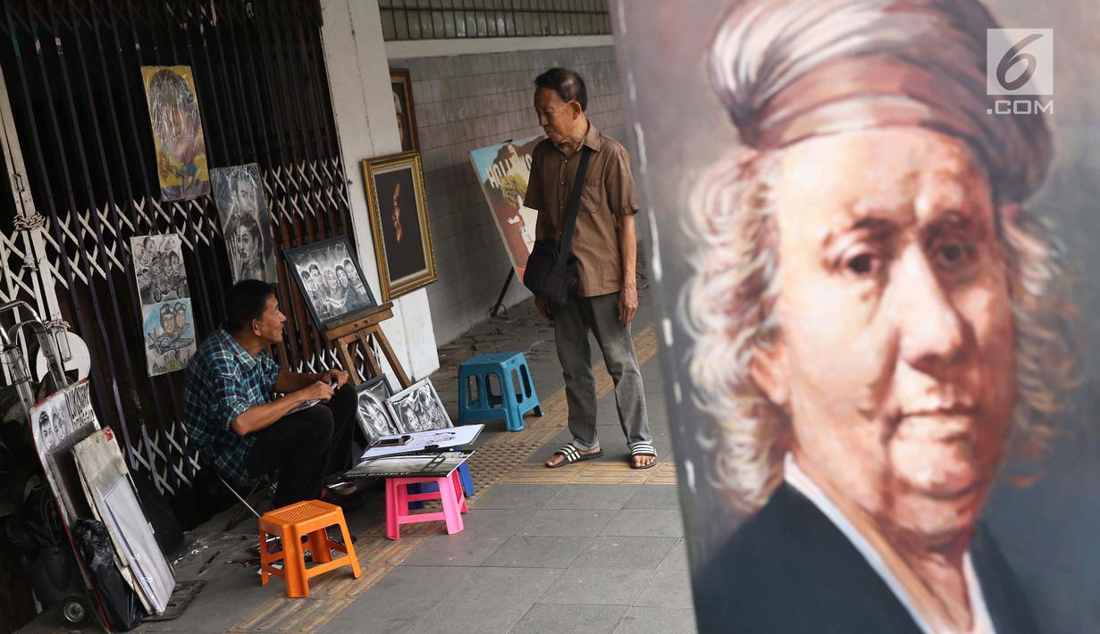 Warga berinteraksi di trotoar jalan Pintu Besar Selatan Kawasan Kota Tua Jakarta, Rabu (23/1). Sejak diluncurkan Oktober tahun lalu, Street Gallery Art diharapkan bisa meningkatkan jumlah wisatawan ke Kota Tua Jakarta. (Liputan6.com/Helmi Fithriansyah)