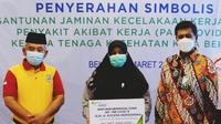 Direktur Utama BPJS Ketenagakerjaan Anggoro Eko Cahyo bersama Wali Kota Bekasi Rahmat Effendi menyerahkan simbolis santunan Jaminan Kecelakaan Kerja (JKK) Penyakit Akibat Kerja (PAK) Covid-19 kepada tenaga kesehatan Kota Bekasi (31/03)