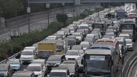 Kepadatan arus kendaraan saat melintas di Tol Dalam Kota, Jakarta, Kamis (7/6). Kepadatan arus mudik diperkirakan akan dimulai pada H-6 Lebaran atau Sabtu (9/6) besok di ruas Tol Jagorawi dan ruas Jakarta-Cikampek. (Merdeka.com/Iqbal S. Nugroho)
