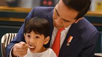 Jokowi asyik menyuapi cucunya, Jan Ethes Srinarendra (Dok.Instagram/@jokowi/https://www.instagram.com/p/B9LCzN4BI-5/Komarudin)