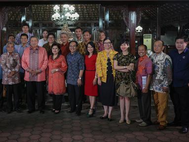 Mantan Presiden RI Susilo Bambang Yudhoyono (SBY) berfoto bersama para pimimpin media usai acara silaturahmi di Puri Cikeas, Bogor, Kamis (27/8/2015). Dalam acara itu, SBY membahas mengenai perekonomian Indonesia saat ini. (Liputan6.com/Faizal Fanani)