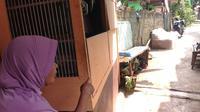 Sainah (62), nenek 10 cucu, menyaksikan langsung keranda mayat melayang di hadapannya, Jalan Mushollah Annajah, RT/RW 001/004, Kelurahan Sawangan Baru, Kecamatan Sawangan, Kota Depok. (Ady Anugrahadi/Liputan6.com)