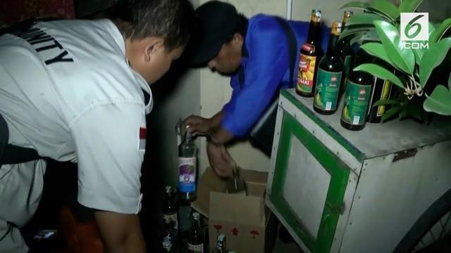 Keberatan dituduh menjual miras oplosan, seorang penjual jamu menantang polisi minum miras bersama.