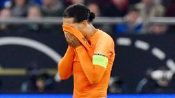 Virgil van Dijk - Bek tangguh Liverpool ini juga absen memperkuat Timnas Belanda. Pemain andalan Klopp itu terpaksa tak dipanggil Timnas lantaran cedera ligamen lutut yang tak kunjung pulih. (AFP/John Macdougal)