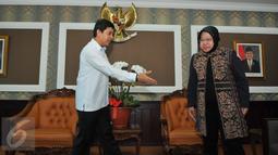 Menteri Pendayagunaan Aparatur Negara dan Reformasi Birokrasi Yuddy Chrisnandi (kiri) saat bersiap menyambut Walikota Surabaya, Tri Rismaharini di Kantor Kemenpan, Jakarta, Selasa (4/8/2015). (Liputan6.com/Andrian M Tunay)