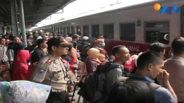 Sehari sebelum cuti bersama lebaran 2017, pemudik di Stasiun Senen, Jakarta Pusat, semakin ramai. Pemudik memadati seluruh halaman hingga ruang tunggu dan peron pemberangkatan kereta.