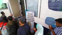Warga mengantre di mobil kas keliling untuk menukar uang pecahan saat ramadan tahun lalu di Malang (Liputan6.com/Zainul Arifin)