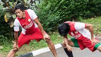 Gelandang PSM Makassar, Rizky Pellu, melakukan pemanasan saat latihan di sekitar perumahan Patra Jasa, Jakarta Selatan, Jumat (8/4/2016). Latihan ini merupakan persiapan jelang Trofeo Persija. (Bola.com/Vitalis Yogi Trisna)