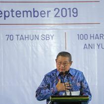 Presiden ke-6 Susilo Bambang Yudhoyono (SBY) menyampaikan pidato pada malam kontemplasi di Puri Cikeas Bogor, Senin (9/9/2019). Pada pidatonya SBY menyinggung masyarakat yang baik atau good soceity dan di setiap literatur memiliki ramuan yang berbeda-beda. (Liputan6.com/Faizal Fanani)