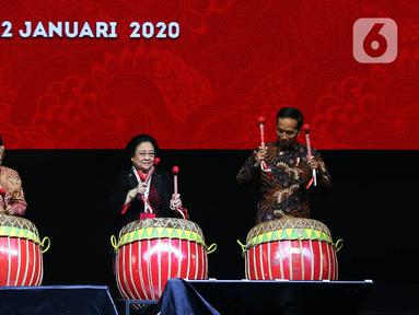 Presiden Joko Widodo (kanan) bersama Wakil Presiden Ma'ruf Amin (kiri) dan Ketua Umum PDI Perjuangan Megawati Soekarnoputri (tengah) saat membuka Rakernas I dan HUT ke-47 PDIP di JIEXPO Kemayoran, Jakarta, Jumat (10/1/2020). (Liputan6.com/Johan Tallo)