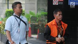 Bupati nonaktif Mesuji Khamami (kanan) tiba di Gedung KPK, Jakarta, Kamis (21/2).  Khamami akan menjalani pemeriksaan lanjutan terkait dugaan suap proyek infrastruktur di Kabupaten Mesuji. (Merdeka.com/Dwi Narwoko)