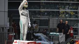 Lewis Hamilton berhasil mencatatkan waktu 1 menit 35,782 detik. Dia unggul 0,042 detik atas rekan setimnya, Nico Rosberg yang berada di urutan dua