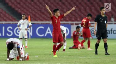 Pemain Timnas Indonesia U-19, Witan Sulaeman merayakan kemenangan atas Uni Emirat Arab U-19 pada penyisihan Grup A Piala AFC U-19 2018 di Stadion GBK, Jakarta, Rabu (24/10). Indonesia unggul 1-0, melaju ke perempat final. (Liputan6.com/Helmi Fithriansyah)