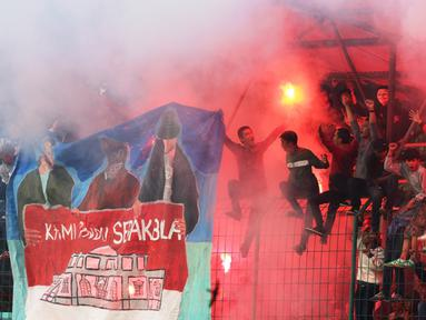 Suporter PSB Bogor menyalakan flare dalam Turnamen Trofeo Charity Match yang mempertemukan Persikabo, PSB, dan Garuda All Star. Minggu (24/5). (Bolacom/Arief Bagus)