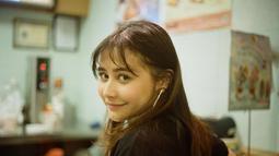 Prilly baru-baru ini tampil dengan rambut baru. Gadis kelahiran tahun 1996 ini tampil semakin menawan dengan rambutnya yang sekarang berponi. Pemeran utama Film Danur ini tampak percaya diri dengan rambut barunya. (Liputan6.com/IG/@prillylatuconsina96)