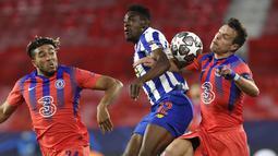 Pemain Chelsea, Reece James (kiri) dan Cesar Azpilicueta bersaing dengan bek FC Porto Porto Zaidu Sanusi pada leg pertama perempat final Liga Champions, Kamis (8/4/2021). Chelsea menang 2-0 Porto di laga yang digelar di tempat netral tersebut. (AP Photo/Angel Fernandez)