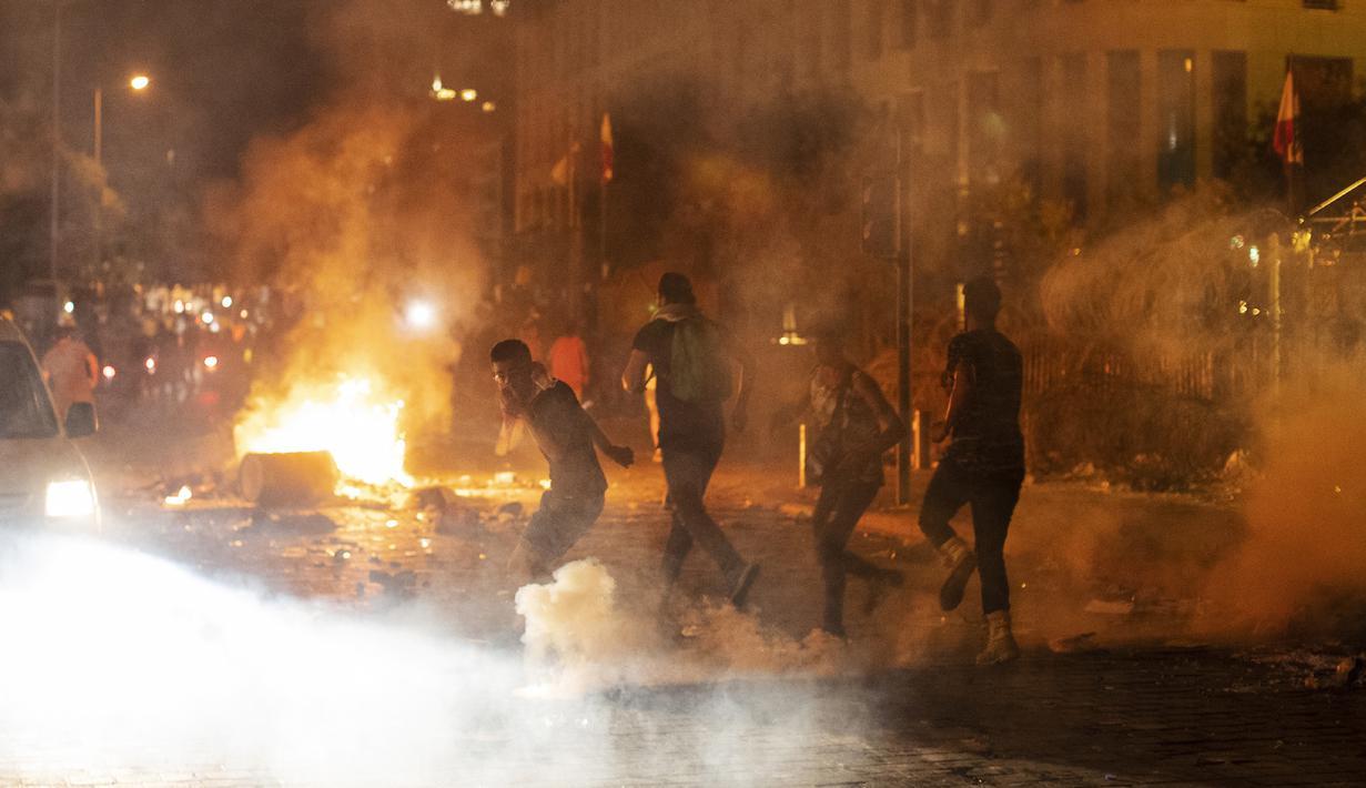 Polisi antihuru-hara menembakkan gas air mata terhadap pengunjuk rasa antipemerintah selama protes terhadap elite politik yang telah memerintah negara selama beberapa dekade di Beirut, Lebanon, Jumat (7/8/2020). (AP Photo/Hassan Ammar)