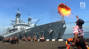 Kapal perang KRI Bung Tomo 357 bersandar di Dermaga Sunda Pondok Dayung, Jakarta, Jumat (13/4). TNI AL Komando Armada Barat (Koarmabar) menerima alutsista dua kapal perang dari Koarmatim. (Merdeka.com/Imam Buhori)