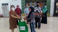 Penyerahan bantuan secara simbolis oleh pihak CIMB Manado didampingi Baznas Sulut untuk pedagang di Masjid Raya Achmad Yani Manado.