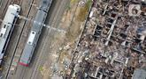 Foto udara kondisi pemukiman warga yang hangus terbakar di sisi area rel kereta, Duri Utara, Tambora, Jakarta, Rabu (12/8/2020). 382 kepala keluarga atau 974 jiwa kehilangan tempat tinggal akibat kebakaran di kawasan Duri Utara, Tambora pada Selasa (11/8/) malam. (Liputan6.com/Helmi Fithriansyah)