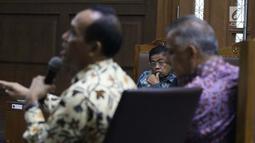 Terdakwa dugaan suap kerja sama pembangunan PLTU Riau-1 Idrus Marham menyimak keterangan Direktur Pengadaan Strategis 2 PT PLN Supangkat Iwan Santoso saat sidang lanjutan di Pengadilan Tipikor, Jakarta, Selasa (12/2). (Liputan6.com/Helmi Fithriansyah)