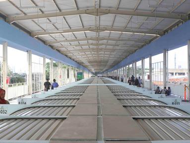 Pejalan kaki melintasi jembatan penyeberangan multiguna (JPM) atau Skybridge Tanah Abang, Jakarta, Jumat (7/12). Skybridge Tanah Abang mulai diuji coba hari ini. (Liputan6.com/Immanuel Antonius)