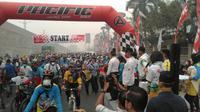 Para pesepeda tetap antusias ikuti Gowes Nusantara di Pekanbaru meski udara diliputi kabut asap (dok: Kemenpora)