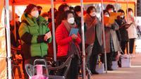 Para orangtua berdoa selama kebaktian khusus untuk mendoakan keberhasilan anak-anak mereka dalam ujian masuk perguruan tinggi di Kuil Buddha Jogyesa, Seoul, Korea Selatan, Kamis (3/12/2020). Ujian diikuti ratusan ribu siswa, termasuk puluhan siswa pasien COVID-19. (AP Photo/Ahn Young-joon)