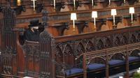 Ratu Inggris Elizabeth II duduk sendirian di Kapel St.George saat pemakaman Pangeran Philip, pria yang telah mendampinginya selama 73 tahun, di Kastil Windsor, Windsor, Inggris, Sabtu (17/4/2021). (Jonathan Brady/Pool via AP)