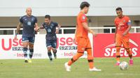 Pemain Persela Lamongan, Gian Zola (tengah) melakukan selebrasi usai mencetak gol ke gawang Persiraja Banda Aceh dalam laga pekan ke-5 BRI Liga 1 2021/2022 di Stadion Pakansari, Bogor, Selasa (28/9/2021). (Bola.com/ M Iqbal Ichsan)