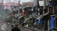 Suasana permukiman padat penduduk di pinggir rel kawasan Petamburan, Jakarta, Selasa (19/7). BPS DKI Jakarta menyatakan jumlah penduduk miskin di Jakarta mengalami kenaikan 0,14 poin. (Liputan6.com/Faizal Fanani)