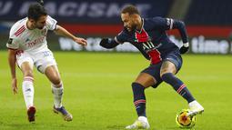 Pemain Paris Saint-Germain Neymar (kanan) berebut bola dengan pemain Lyon Leo Dubois pada pertandingan League One di Stadion Parc des Princes, Paris, Prancis, Minggu (13/12/2020). PSG kalah dari Lyon dengan skor 0-1. (AP Photo/Thibault Camus)