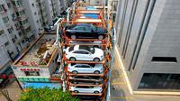 Sejumlah mobil parkir di parkiran bertingkat tiga dimensi di Shenyang, provinsi Liaoning, China  (19/6). Tempat parkir ini terbuat dari konstruksi besi yang dapat menampung hampir 40 mobil. (AFP Photo/Str/China Out)