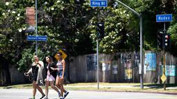 Pejalan kaki berjalan di area Rodeo Road yang akan diganti menjadi Obama Boulevard, Rabu (28/6). Rodeo Road adalah tempat Senator Obama mengadakan kampanye pertamanya di Los Angeles setelah pencalonannya sebagai presiden. (AP Photo/Chris Pizzello)