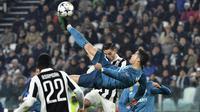 Striker Real Madrid, Cristiano Ronaldo, melakukan tendangan salto saat mencetak gol ke gawang Juventus pada laga Liga Champions di Stadion Allianz, Selasa (3/4/2018). Juventus takluk 0-3 dari Real Madrid. (AFP/Alberto Pizzoli)