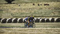Para pebalap saling berebut menjadi terdepan pada balapan  Tour de France pada etape ke-16 dengan jarak 165 km dari Le Puy-en-Velay dan Romans-sur-Isere, (18/7/2017).  (AFP/Jeff Pachoud)