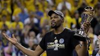Bintang Golden State Warriors, Kevin Durant, dinobatkan sebagai most valuable player (MVP) alias pemain terbaik pada final NBA 2016-2017, Senin (12/6/2017) malam waktu setempat. (AP/Marcio Jose Sanchez)